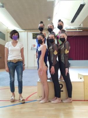 Les gimnastes del Club Ippon amb la regidora d'esports