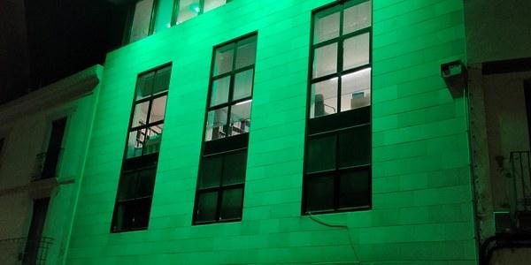 Bellpuig vesteix la Casa de Cultura de verd en motiu del Dia Mundial Contra el Càncer