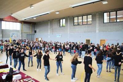 Sant Jordi Bellpuig 2019 Ballada de danses tradicionals INS Lo Pla d'Urgell.jpg
