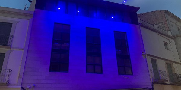 La façana de la Casa de Cultura s'il·lumina de blau fort en motiu del dia mundial de la fibromialgia