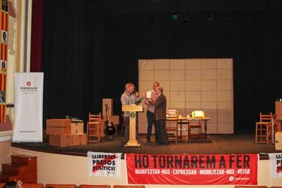 Òmnium Segarra-Urgell Reconeixement poeta Jordi Pàmias a Bellpuig.jpg