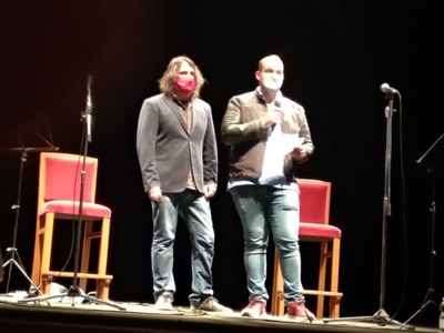 Alcalde i regidor de Cultura anunciant els guanyadors al Teatre Armengol